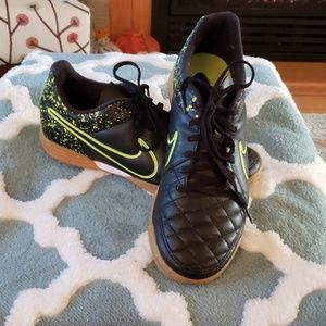Nike tiempo tennis shoes size 7 like new
